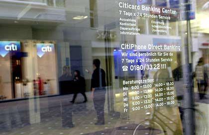 """Citigroup: Rentenmarkt manipuliert? Auch die weltgrößte Bank findet in diesem Jahr einen Eintrag über sich im """"Schwarzbuch Börse"""" der SdK. Der Vorfall ereignete sich ausgerechnet auf dem Rentenmarkt - nach Meinung vieler Anleger das am wenigsten gefährliche Wertpapiersegment. Lukrativ. Die europäische Rentenhandelsabteilung der Citigroup löste im August vergangenen Jahres laut SdK mit """"gezielten Manipulationen"""" einen Kurssturz am Markt für Euro-Staatsanleihen aus. Wenig später nutzten dieselben Händler die selbst herbeigeführte Marktbewegung dazu aus, um sich auf günstigem Niveau wieder billig mit Papieren einzudecken. Dies habe der Bank binnen Minuten nicht nur hohe Gewinne beschert. Das kurzeitige Kurschaos sollte auch kleinere Marktteilnehmer dauerhaft verunsichern und aus dem Markt drängen, schreibt die SdK unter Berufung auf bekannt gewordene interne Papiere der Citigroup. Bedauerlich. Diese Handelsstrategie hätten die Händler mit Vorgesetzten abgesprochen. Wie weit der Vorstand der weltgrößten Bank in die Aktion eingeweiht war, wurde nie bekannt. Citigroup-Chef Charles Prince hätte damals von einer """"hirnrissigen Aktion"""" seiner Händler gesprochen, den Vorwurf gezielter Marktmanipulation aber strikt zurückgewiesen. Die Transaktionen seien zwar wegen der negativen Folgen für die anderen Marktteilnehmer """"bedauerlich"""" gewesen, so der Konzernchef, aber völlig legal. Gleichwohl begann die Staatsanwaltschaft in Deutschland Ermittlungen gegen die verantwortlichen Händler. Zahlreiche europäische Regierungen verzichteten in Folge des Skandals darauf, die Citigroup in ihre Emissionskonsortien einzuladen. Der Marktanteil der Bank im Geschäft von syndizierten Euro-Regierungsanleihen brach in den fünf Monaten nach dem Skandal von 5,7 Prozent auf 0,3 Prozent ein, schreibt die SdK. Die Bank habe damit ihre """"gerechte Strafe"""" erhalten."""