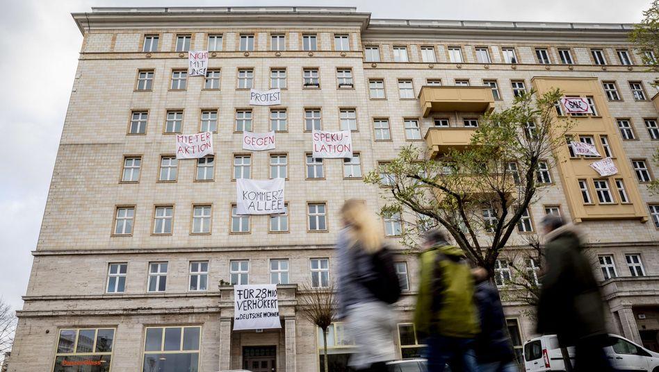 Karl-Marx-Allee in Berlin: Gegen den Verkauf an die Deutsche Wohnen SE gab es Proteste. Mieter fürchten steigende Mieten