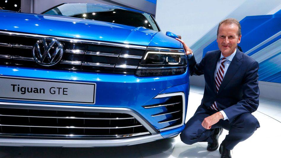 """VW-Markenchef Herbert Diess beruhigt Beschäftigte: Er sehe """"keine Bedrohung für die Stammbelegschaft"""". Kürzungen bei der Gewinnbeteiligung soll es dennoch geben - denn ohne Einschnitte wird der Konzern den Abgasskandal nicht bewältigen"""