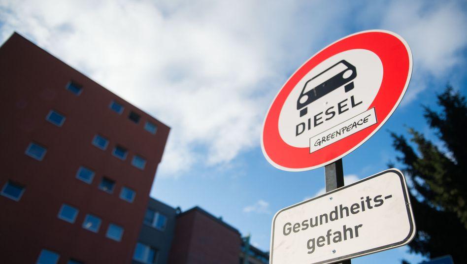 Eine Attrappe der Umweltschutzorganisation Greenpeace aus dem Oktober 2016 zeigt, was Dieselfahrern vielleicht in den Großstädten blühen könnte