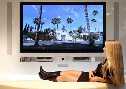 TV-Genuss: In den Wohnzimmern setzen sich gerade Plasma- und LCD-Fernseher durch