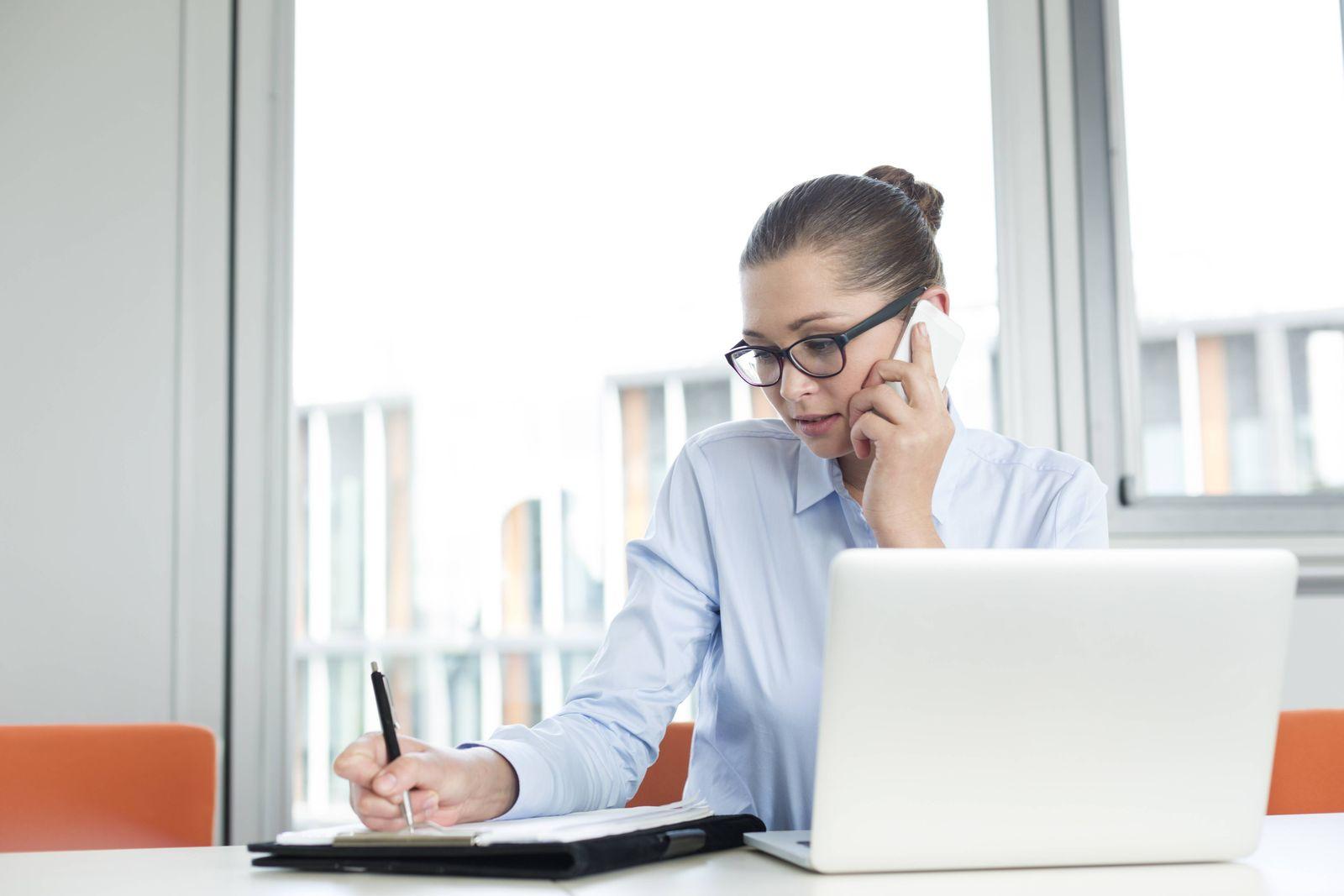 EINMALIGE VERWENDUNG SYMBOLBILD Frauen im Business / Sekretärin