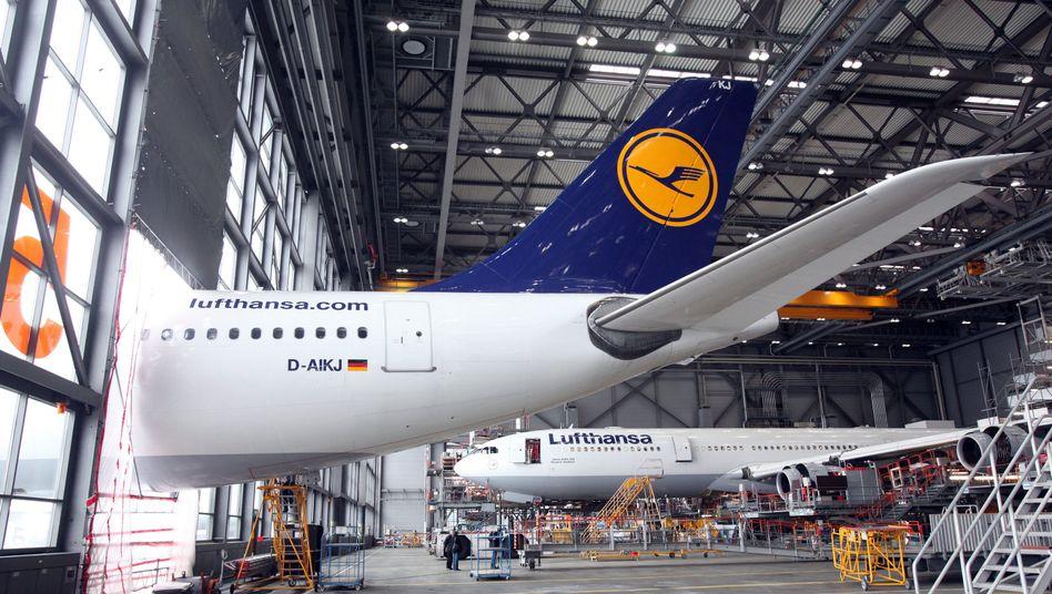 Heck eines Lufthansa-Airbus A330: CO2-rechte für den Flug von und nach Europa vorerst vertagt