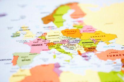 Anpassen - nach oben oder nach unten: Die Mehrheit der Ökonomen zieht einen strikten Sparkurs der PIIGS-Staaten Portugal, Irland, Italien, Griechenland und Spanien vor