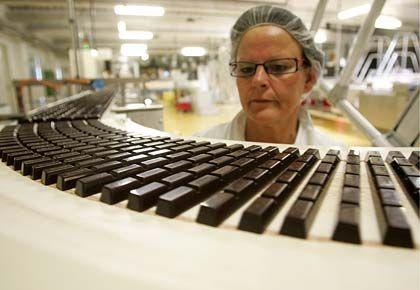 Schokolade am laufenden Band: Die Verbraucher greifen wieder häufiger zu Süßem.