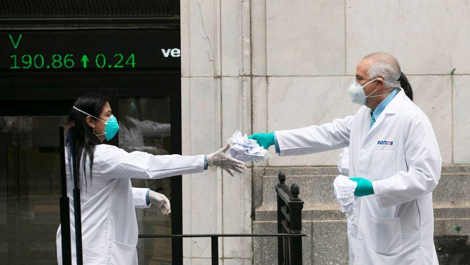 Im Bann der Pandemie: Mitarbeiter des US-Gesundheitswesens vor der New Yorker Börse (Aufnahme vom Mai)