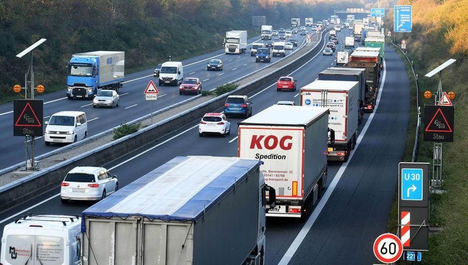 Lastverkehr auf der Autobahn: Corona bringt viele Unternehmen bei den Lieferketten zum Umdenken