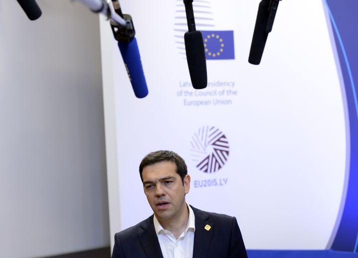 Böse Blicke: Griechenlands Premier Alexis Tsipras will den IWF nicht mehr am Tisch haben - und am liebsten nur noch mit den Euro-Partnern über die Schulden verhandeln