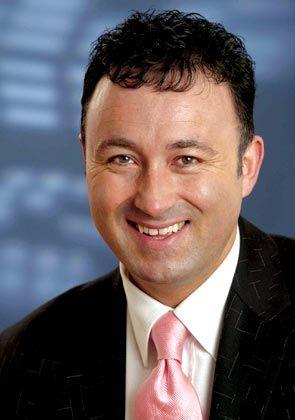 Jürgen Gallmann, Vorsitzender der Geschäftsführung und Vice President EMEA, führt seit Ende 2002 Microsoft Deutschland. Zuvor verantworte er bei IBM als Vizepräsident den hiesigen Handel mit Software. Gallmann studierte Wirtschaftswissenschaften, ist verheiratet und hat zwei Kinder.