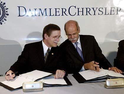 Neuer Kontrolleur: Gewerkschaftsboss Gettelfinger (links) wird künftig DaimlerChrysler-Chef Zetsche verstärkt auf die Finger schauen