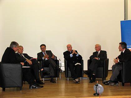 Hochschul-Quartett mit Moderatoren: (v.l.n.r.) Michael Kröher (manager magazin), Prof. Eberhard Schaich (Uni Tübingen), Prof. Wolfgang Herrmann (TU München), Prof. Dieter Lenzen (FU Berlin), Prof. Jürgen Hesselbach (TU Braunschweig), Christian Floto (Deutschlandfunk)