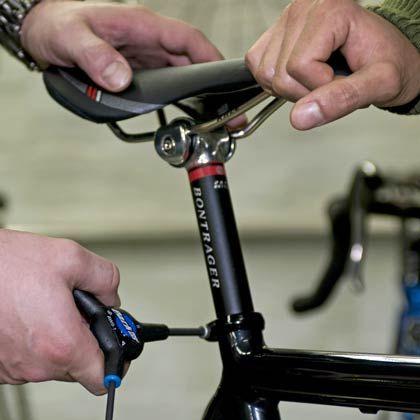 Neigung entscheidet: Der Fahrradsattel wird waagerecht montiert. Führt das zu Beschwerden, kann die Sattelnase leicht nach unten geneigt werden.