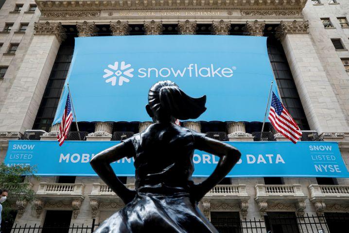 """Börsengang: Snowflake ging im Herbst 2020 an die Wall Street, beäugt von der Bronzestatue """"Fearless Girl"""" (die wurde – kleiner kultureller Exkurs – übrigens über Nacht anlässlich des Weltfrauentags 2017 aufgestellt, versehen mit den Worten: """"Know the power of women in leadership. SHE makes a difference."""")"""