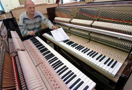 Bereit zum Spielen: Klavierbauer Dietmar Schauer beim letzten Prüfgang