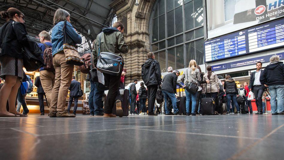 Lokführer-Streik: Reisende stauen sich am Montagabend vor einem Schalter im Frankfurter Hauptbahnhof