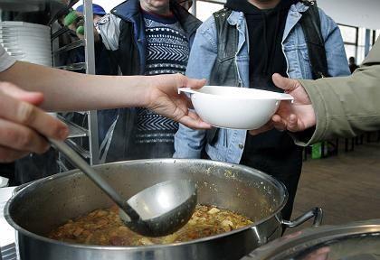 Suppenküche in Berlin: Die Einkünfte der Reichen sind gewachsen, die Einkommen im unteren Bereich gesunken, die Mitte stagniert