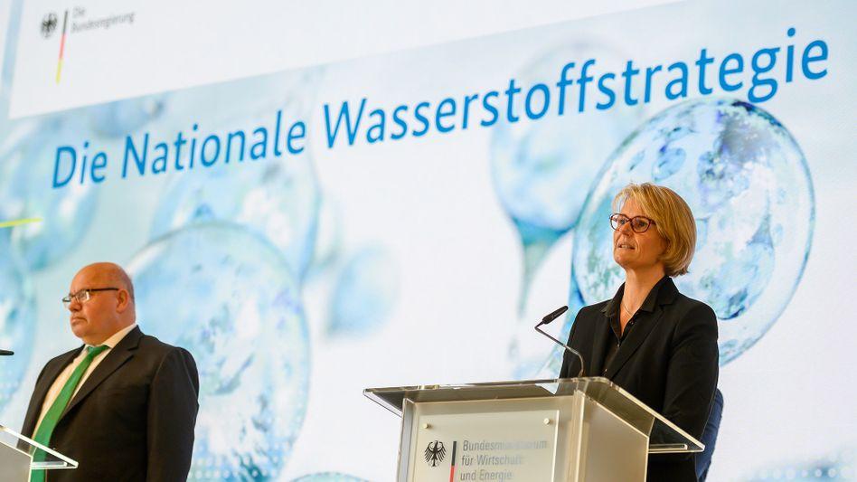 Bundesministerin Anja Karliczek und Bundesminister Peter Altmaier bei der Vorstellung der Nationalen Wasserstoffstrategie.