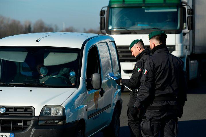 Die Guardia di Finanza riegelt in Italien mehrere Ortschaften ab, um eine weitere Verbreitung des Coronavirus zu vermeiden
