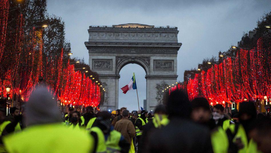 Demonstranten in Paris: Am heutigen Donnerstag stehen Züge, Flugzeuge und Busse still, auch in Schulen, Krankenhäusern und im öffentlichen Dienst soll die Arbeit niedergelegt werden