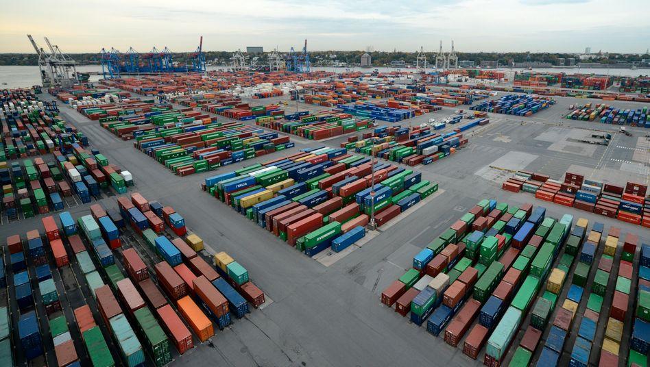 """Container Terminal """"Burchardkai"""" am Hamburger Hafen: Die Nachfrage nach deutschen Waren zog in allen wichtigen Regionen an"""