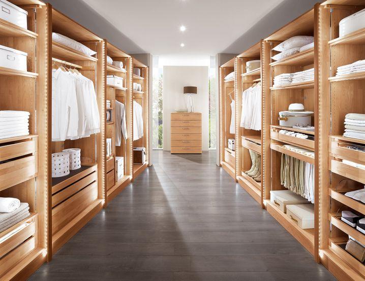 Nicht jeder hat Platz für ein Ankleidezimmer. Der Kleiderschrank sollte daher gut geplant werden.