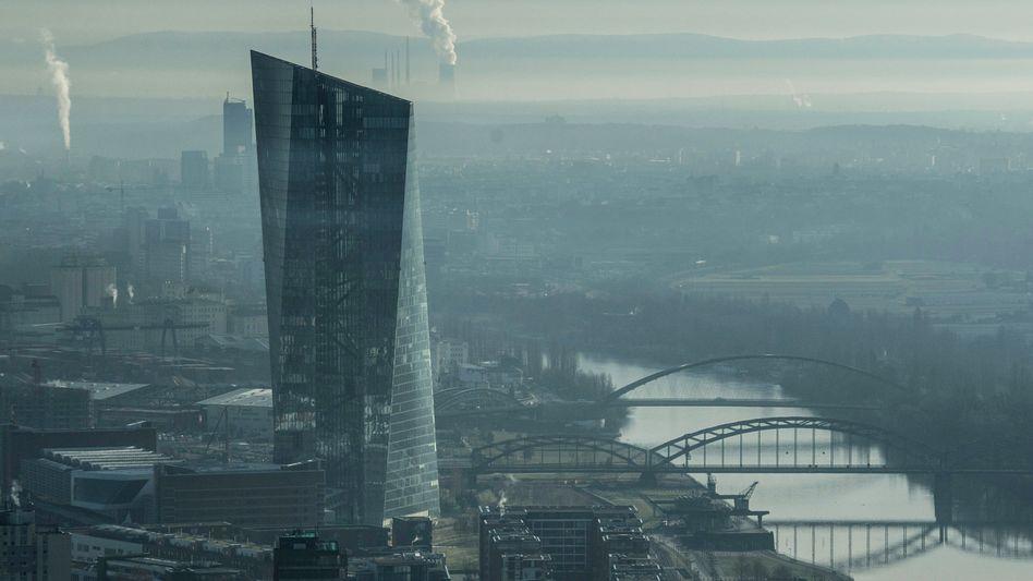 Das Urteil des Bundesverfassungsgericht zu den Anleihekäufen der EZB stellt auch einen massiven Angriff auf die Unabhängigkeit der Zentralbank dar. Viele Anzeichen sprechen dafür, dass nach der Corona-Krise die Inflation anziehen wird. Den hochverschuldeten Staaten käme das entgegen - die jetzt kompromittierte EZB aber wird es enorm schwer haben, sich durchzusetzen.