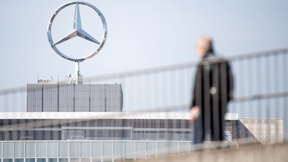 Schichtwechsel: Daimler-Mitarbeiter am Mercedes-Benz Werk Untertürkheim