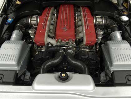 Eins pro Zylinderreihe: Ferraris Front-Mittelmotor mit zwei Luft-Ansaugsystemen.