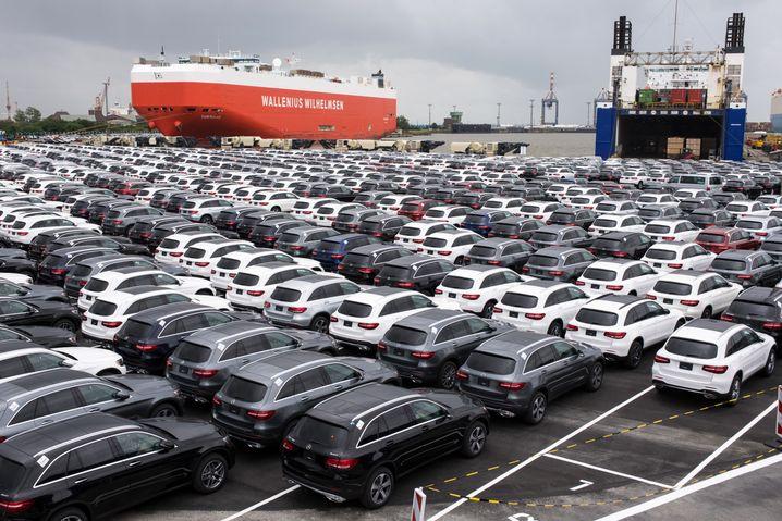 Neuwagen von Mercedes-Benz am Autoterminal in Bremerhaven