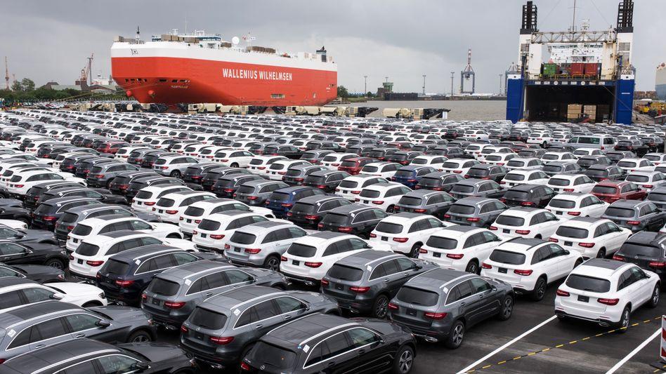 Nagelneue Mercedes-Benz stehen in Bremerhaven bereit für den Export ins Ausland