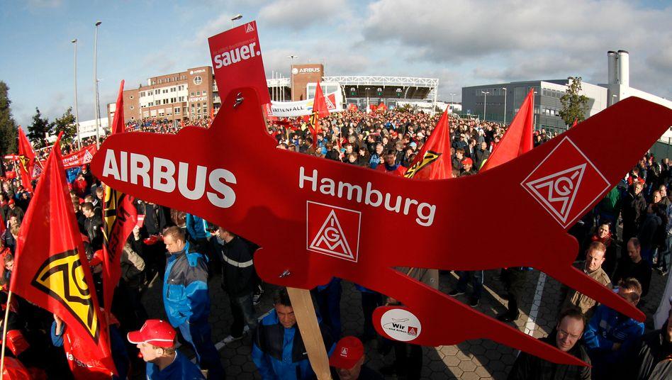 Maximal 20 Prozent Leiharbeiter: Kundgebung von Airbus-Beschäftigten vor dem Werk Hamburg