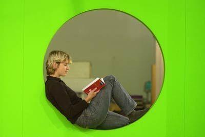 Entspannung beim Lesen - Junge Frau auf der Frankfurter Buchmesse