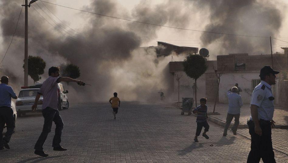 Akcakale: Menschen suchen in dem Ort nach dem Granatenbeschuss aus Syrien nach Deckung. Fünf türkische Zivilisten kamen bei dem Angriff ums Leben