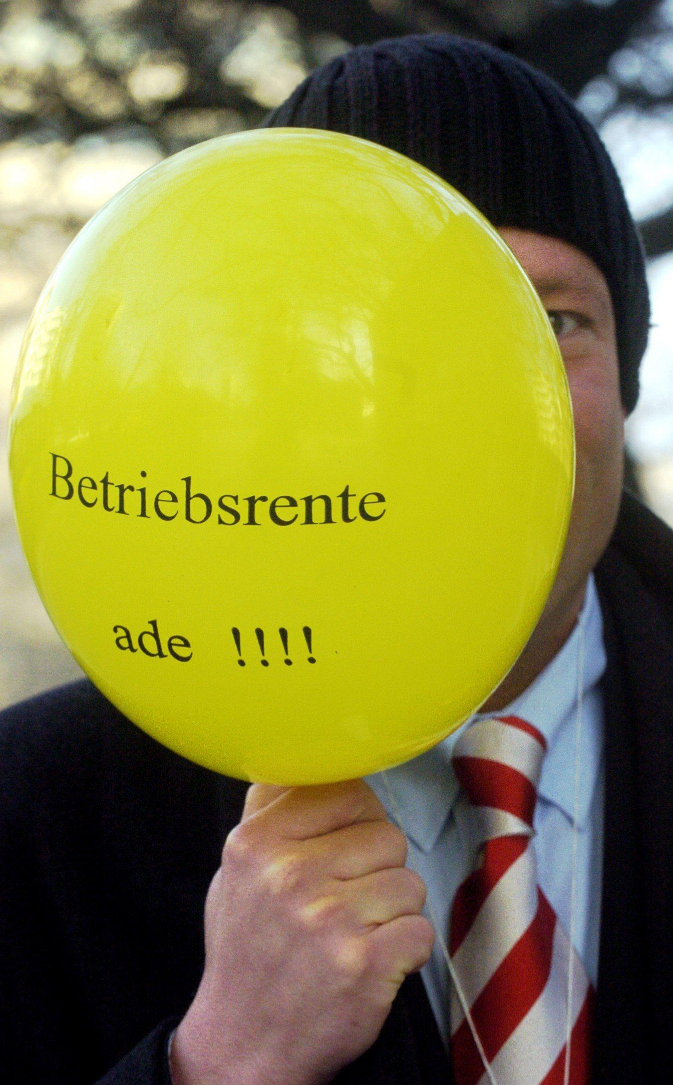 Commerzbank-Mitarbeiter protestieren gegen Betriebsrentenkündigung