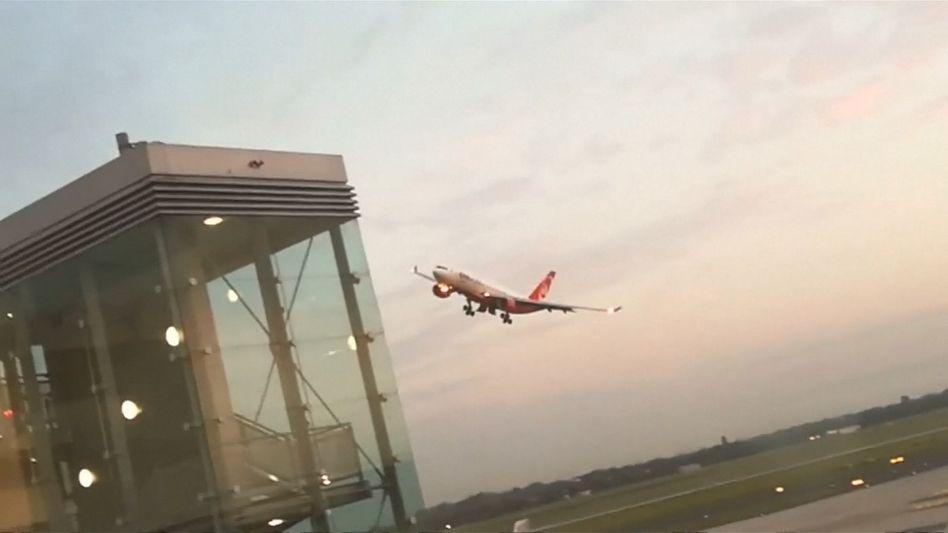 Auf seinem letzten Langstreckenflug war ein Air-Berlin-Pilot am Montag in Düsseldorf noch mal durchgestartet. Das Luftfahrtbundesamt prüft den Fall.