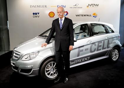 """""""Im zweiten Halbjahr ein positives Ergebnis"""": Daimler-Chef Zetsche mit einem Mercedes, B-Klasse"""