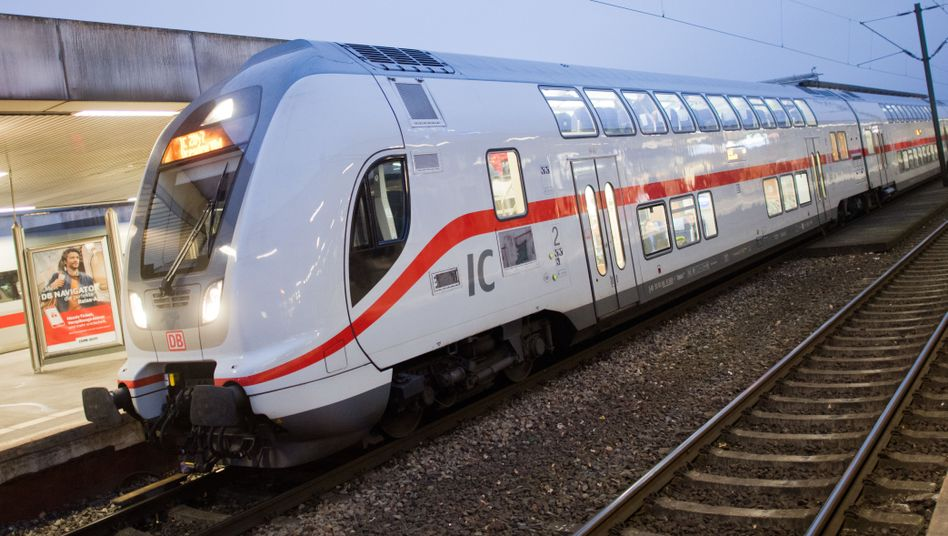 Doppelstock-Intercity (Bild Archiv): Bei der zweiten Bauserie gibt es offenbar erhebliche Software-Probleme. Die Deutsche Bahn weigert sich daher, 25 IC-2-Züge vom Hersteller Bombardier abzunehmen.