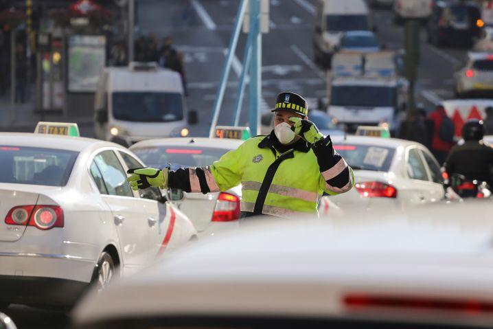 Tränende Augen, flache Atmung: In europäischen Großstädten sind die Autoabgase mitunter nicht mehr auszuhalten. Doch nicht nur in Madrid, sondern in ganz Europa sollen Neuwagen weniger klima- und gesundheitsschädliches CO2 ausstoßen dürfen