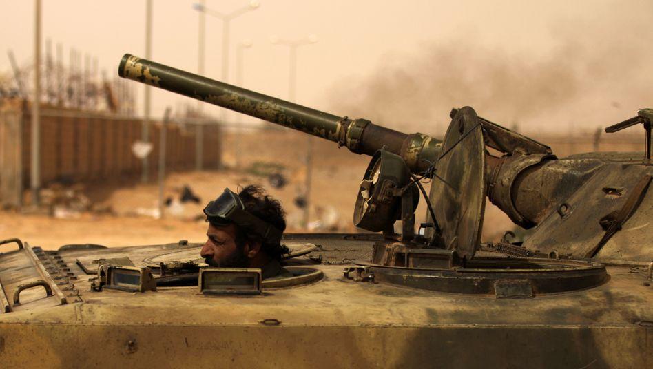 Schweres Geschütz: Ein libyscher Rebell steuert seinen Panzer gegen die Truppen des Diktators