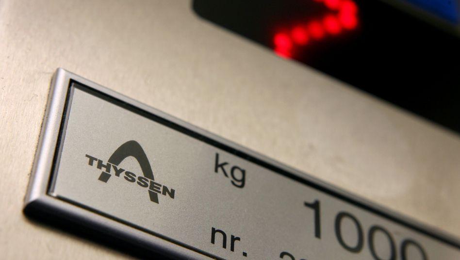 Thyssen-Logo in einem Personenfahrstuhl in einem Düsseldorfer Hochhaus: Aufzugsparte von ThyssenKrupp wird bald von einem neuen Manager geleitet