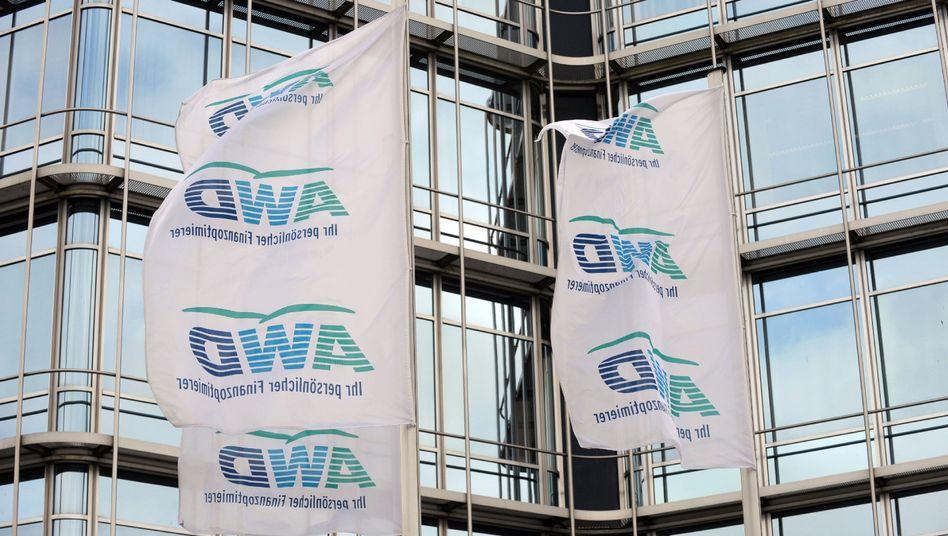 Wehende Fahnen: Die Zentrale des Finanzdienstleisters AWD in Hannover