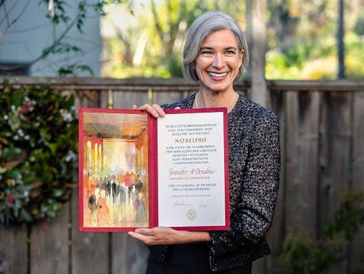 Code-Königin: Jennifer Doudna präsentiert daheim in Berkeley ihre Nobelpreisurkunde