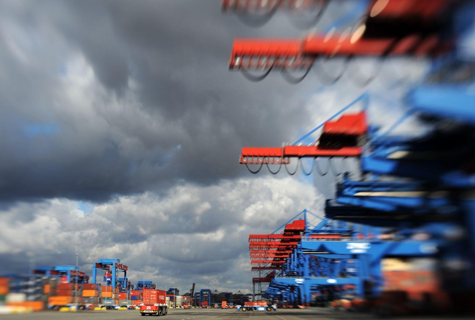 Deutschland / Konjunktur / Container / Hafen / Hamburg Wolken