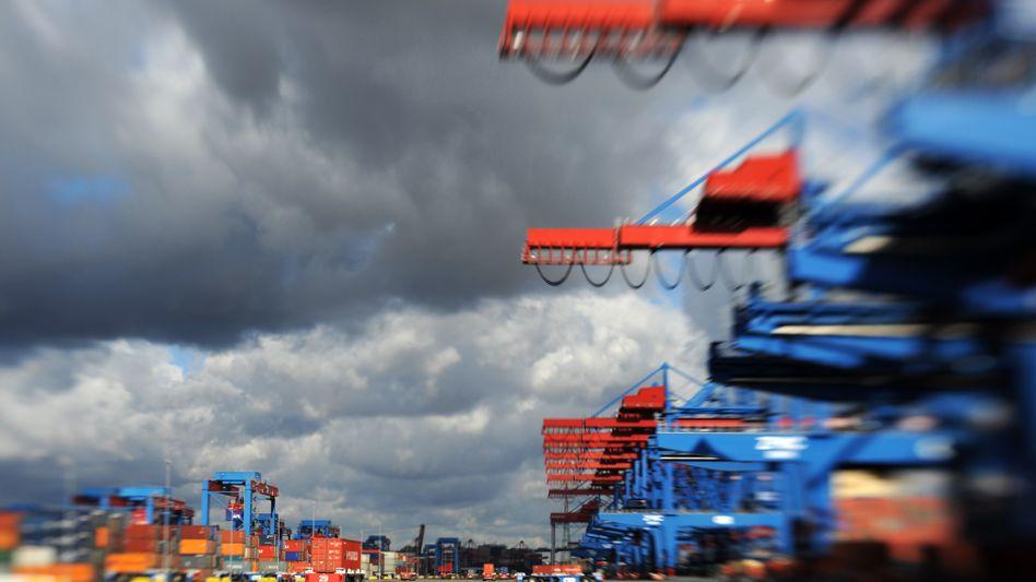 Dunkle Wolken über dem Container-Terminal Altenwerder im Hamburger Hafen