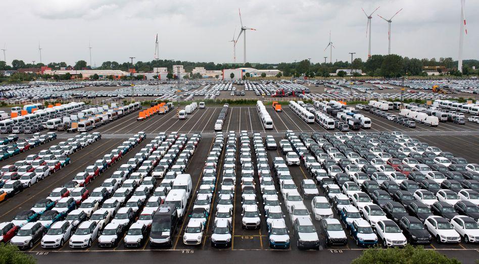 Neuwagen in Bremerhaven: BMW stoppt die Produktion in Europa für vier Wochen und senkt die Absatzprognose