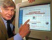 Virtuelles Tippen vorerst abgeschafft: Der Geschäftsführer von Westlotto, Winfried Wortmann, mit der Homepage der Internetseite der NRW-Lotterien