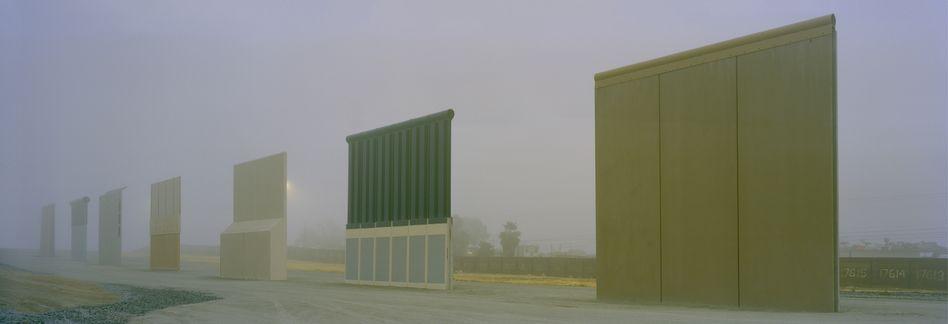 ALTE UND NEUE GRENZEN:Der Fotograf Kai Wiedenhöfer beschäftigt sich seit 1989 intensiv mit Mauern und Grenzen als Motive. Wir zeigen eine Auswahl, hier: Entwürfe für Trumps Mauer zu Mexiko