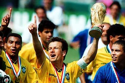 """Umstritten: Mit """"Brutalo-Fußball"""" zum fünften WM-Titel?"""