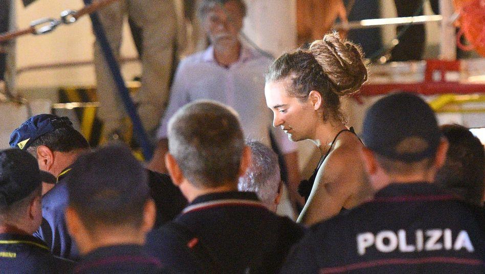 Carola Rackete, die 31 Jahre alte Kapitänin der Sea-Watch 3, bei ihrer Festnahme auf Lampedusa