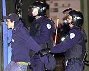 Polizisten nehmen einen Demonstranten im Vorfeld des G20-Treffens fest.